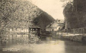 Dieses Bild hat ein leeres Alt-Attribut. Der Dateiname ist D1d_Der-Thalbach-mit-Wehr-bei-der-Steinwand-1925-Wolfang-Riegler-300x184.jpg