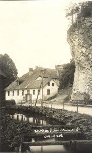 Dieses Bild hat ein leeres Alt-Attribut. Der Dateiname ist D1e_Das-Fluder-zur-Fabrik-mit-Steinwand-1935-181x300.jpg
