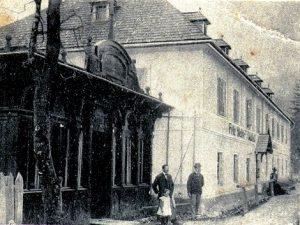 Dieses Bild hat ein leeres Alt-Attribut. Der Dateiname ist D20f_Der-Gasthof-zur-Lodenwalke-mit-Saal-1907-300x225.jpg