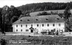 Dieses Bild hat ein leeres Alt-Attribut. Der Dateiname ist D20m_Der-Gasthof-zur-Lodenwalke-mit-Tankstelle-um-1965-Wolfgang-Riegler-300x189.jpg